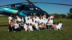 Visita. Los alumnos se fotografiaron con Bordet, pero también lo hicieron junto al helicóptero.