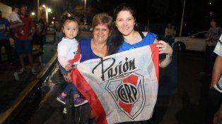 Paraná le dio una multitudinaria bienvenida al plantel de River