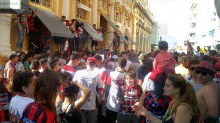 Hinchas de Patronato alentaron con un banderazo antes del encuentro con River
