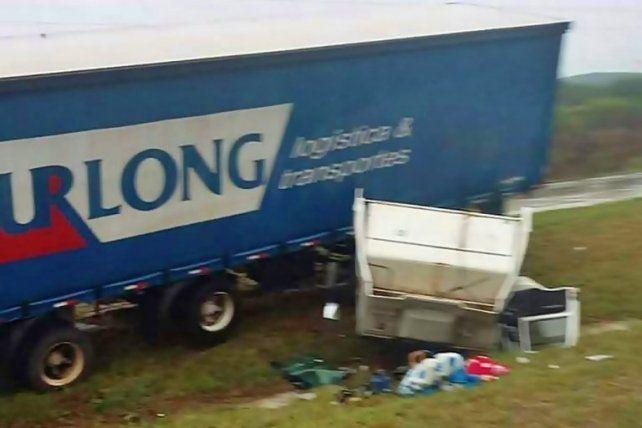 Salieron despedidos de la cabina de un camión que se desprendió tras un vuelco