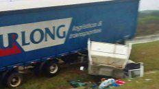 salieron despedidos de la cabina de un camion que se desprendio tras un vuelco