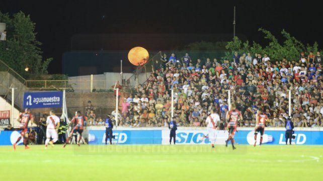 La luna iluminó los hinchas que colmaron el estadio.