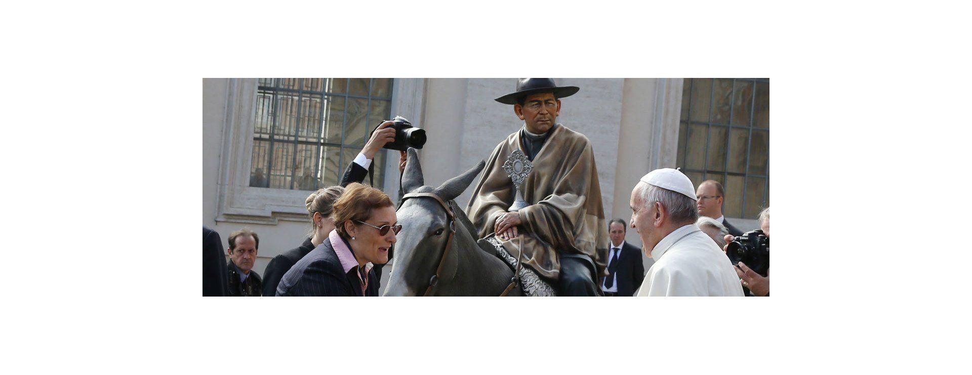 El papa Francisco recibió a un grupo de peregrinos argentinos luego de la audiencia general en la plaza de San Pedro