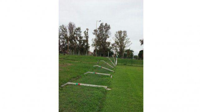 Estragos. El viento tumbó el alambrado olímpico de Caballú.