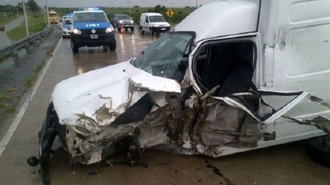Ruta 20. La camioneta chocó de atrás a un camión.