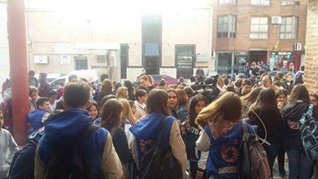 Cortaron la calle en protesta por acosos, abusos e irregularidades en la escuela Sarmiento