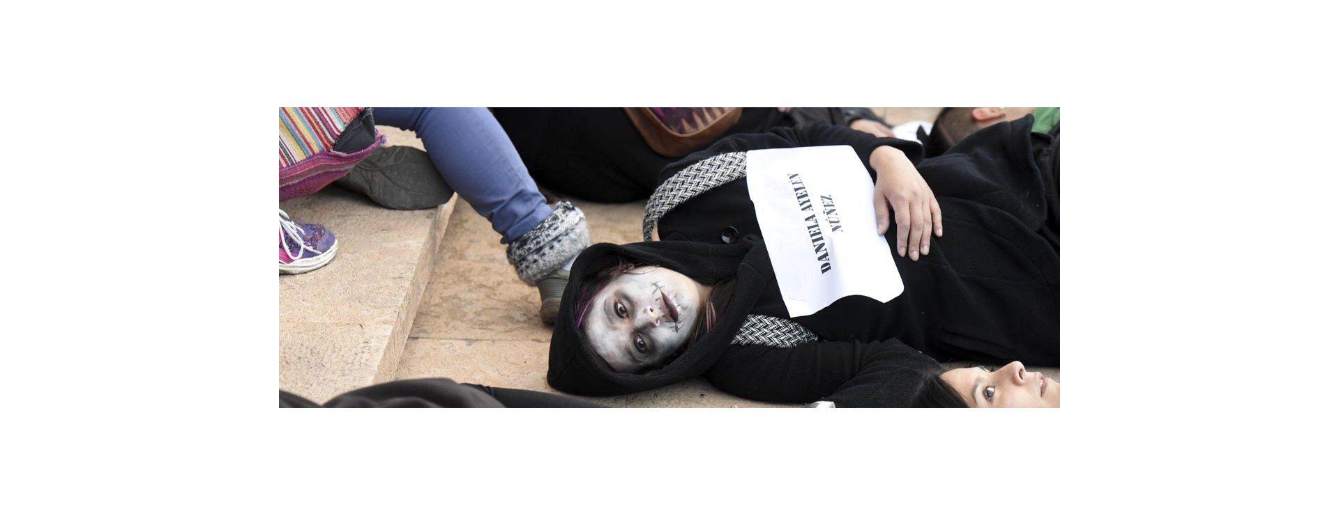 Una multitud vestida de negro marchó contra la violencia de género y los femicidios