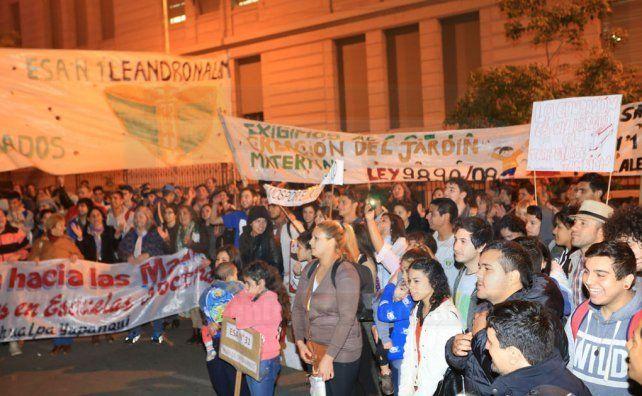 Alumnos de las escuelas nocturnas de Paraná marcharon para reclamar por sus derechos