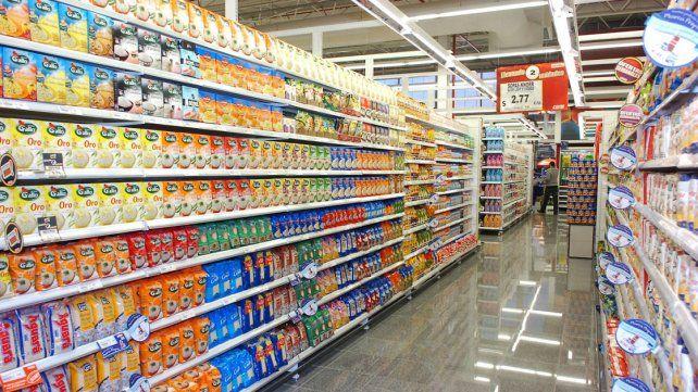 Escenario. La pérdida del poder adquisitivo se nota en la caída de consumo de productos básicos.