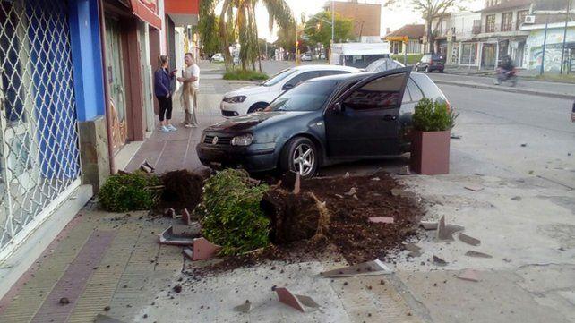 Perdió el control: chocó una camioneta estacionada y dos canteros