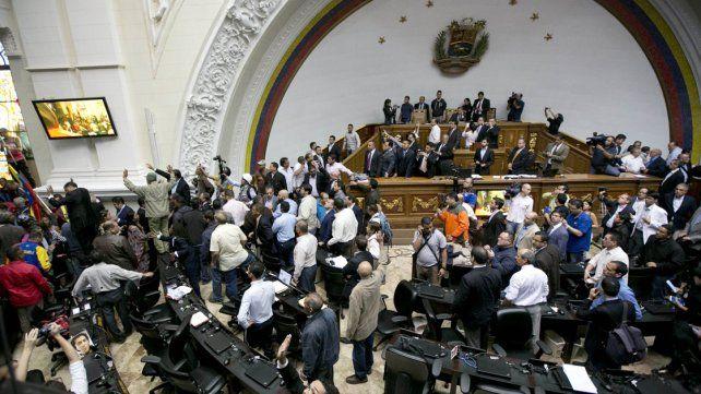 Una tumultuosa sesión parlamentaria termina con acusación contra Maduro