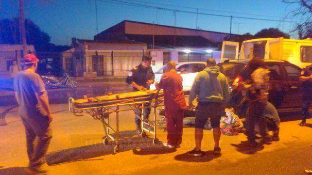 Un motociclista herido tras un chocar con un auto en avenida Almafuerte
