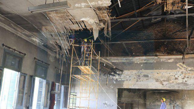 En ruinas. El salón de Música de la escuela paranaense se llevó la peor parte tras el incendio.