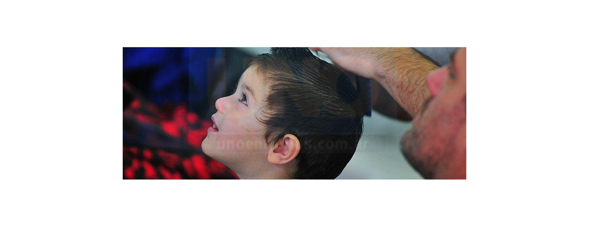 Un corte de pelo que empezó con lágrimas y terminó con risas