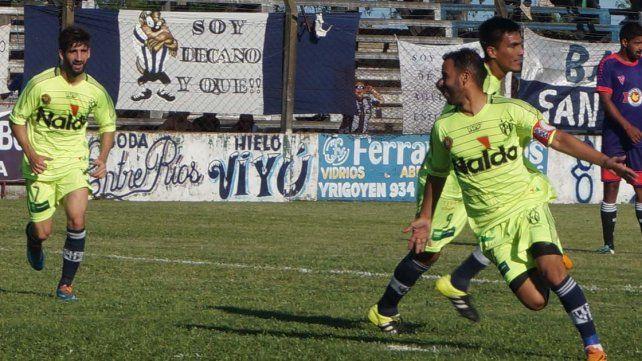 Ángel Gómez celebra su gol en lo que fue el triunfo de Atlético para quedar líder.