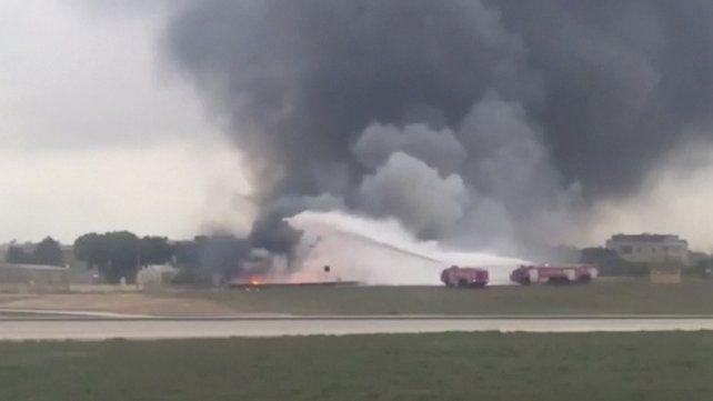Cinco muertos tras estrellarse y prenderse fuego un avión en Malta