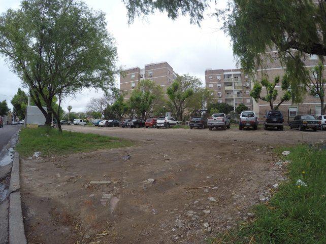 El estacionamiento de los Altos de Ituzaingó es un ejemplo de la destrucción que generan los automóviles. Foto UNO Juan Manuel Kunzi.
