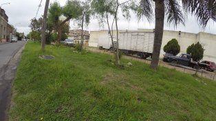 Frente la hipermercado los vecinos recuperaron una mitad de la calle. La otra continúa ocupada por camiones y autos. Foto UNO Juan Manuel Kunzi.