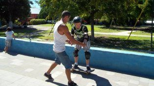 Carlitos tomando clases con Rodo Pusula de la escuelita de skate en 2014. Foto Gentileza Fernando Latorre.