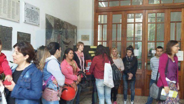 Tras el reclamo, alumnos de 6° grado Del Centenario tienen garantizado su banco