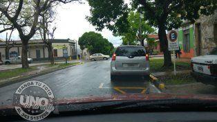Mal estacionado frente a plaza Saénz Peña