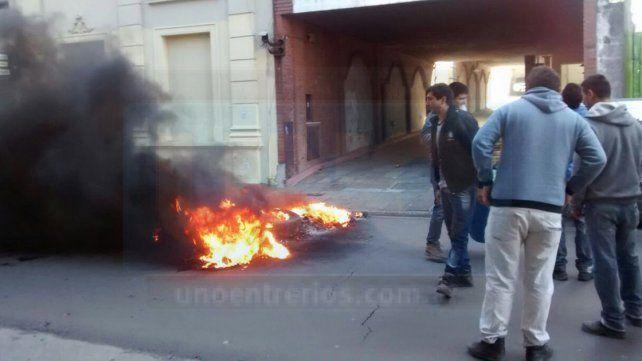 Trabajadores de la Uocra se manifiestan y cortan la calle en Paraná