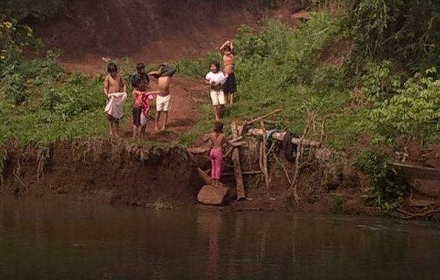 Misiones: la historia de los nenes que cruzan a nado un arroyo para llegar a la escuela