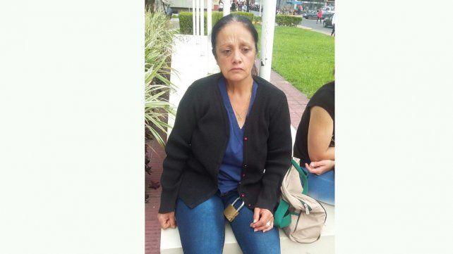 Una mujer se encadenó en la puerta de Tribunales: pide protección