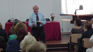 Disertante. Luzi es profesor en la Università di Macerata.