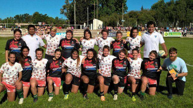 Jugadoras y cuerpo técnico de Entre Ríos posan antes de jugar el sábado en La Tortuguita.