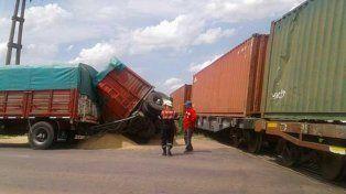 Camión cruzó paso a nivel cuando venía un tren