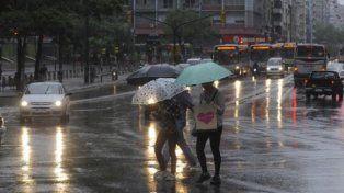 Medio Uruguay paralizado y en alerta roja por tormentas y lluvias
