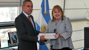 Malcorra recibió el informe de manos del presidente de la Delegación Argentina de la Comisión Administradora del Río Uruguay (CARU).