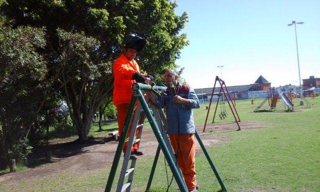 Cuadrilla municipal está arreglando los juegos de las plazas en Paraná
