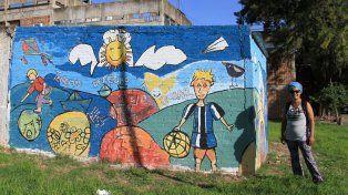 Flor Albornoz en el mural que pintó en los 33 Orientales junto con los niños del barrio. Foto UNO Diego Arias.
