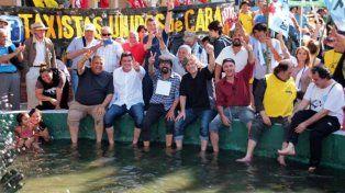 La curiosa foto de Amado Boudou con las patas en la fuente de Plaza de Mayo
