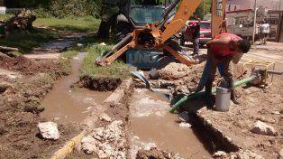 Los trabajadores municipales esperan que conecten la bomba grande a la corriente eléctrica para comenzar con los arreglos en el caño roto. Foto UNO.