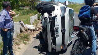 Los bloques de cemento evitaron que el auto siguiera hacia el arroyo Antoñico. Foto Policia de Entre Ríos.