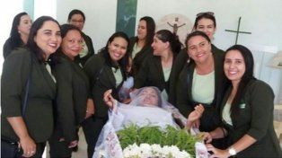 Una mujer pudo cumplir su insólito deseo de un funeral en el que la velen viva