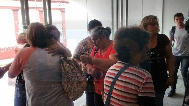 La familia de Comas se saluda después de escuchar la condena. Foto UNO.