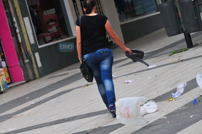 El fuerte viento llenó de bolsas plásticas la peatonal de Paraná. Foto UNO. Juan Manuel Hernández.