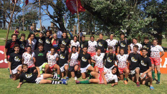Las jugadoras de la UER posan junto a los chicos del M14 de Estudiantes en Uruguay.