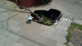 Un peligro: Pozo en la vereda de calle Santiago del Estero