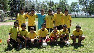 Campeones de la vida. Los adolescentes juegan al fútbol y realizan acciones solidarias.