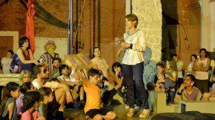 Rita Risa ante la atenta mirada de los profesores y alumnos. Fotos gentileza Yanina Morini.