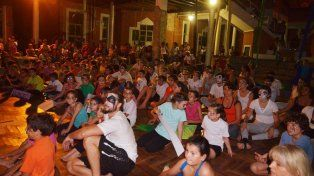 Los artistas escuchando el discurso de Rita Riso. Foto FacebookSecretaría de Cultura de Paraná.