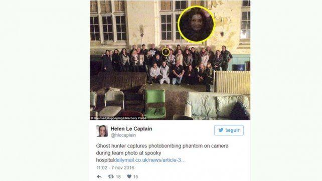 Apareció un fantasma en la foto grupal de un hospital