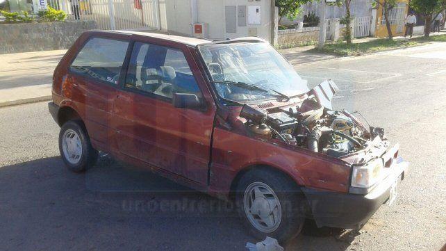 Un automóvil chocó contra una farola en avenida Almafuerte
