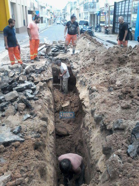 Trabajadores municipales arreglando el caño de cloaca hoy al mediodía. Foto UNO.