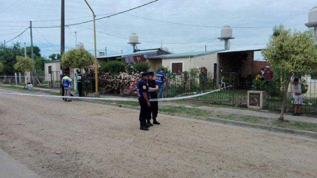 La policía llegó para poner la cinta de seguridad en la casa de Ana. Foto Iván Rodríguez.
